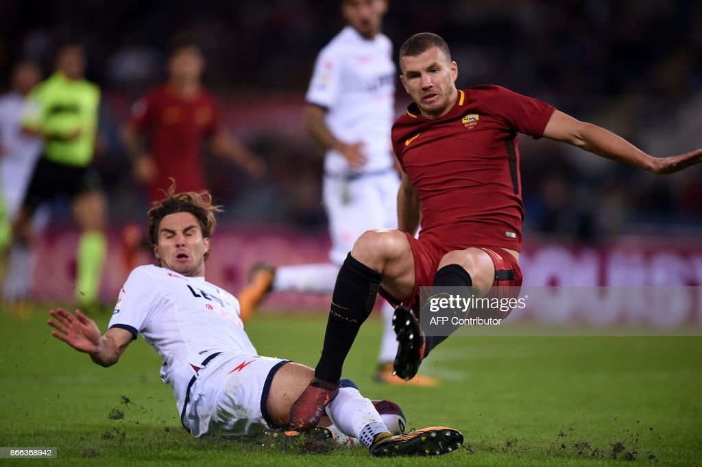 Roma's forward from Bosnia Erzegovina Edin Dzeko (R) vies with Crotone Czeck defender Stefan Simic during the Serie A football match Roma vs Crotone at the Olympic Stadium in Rome on October 25, 2017. /
