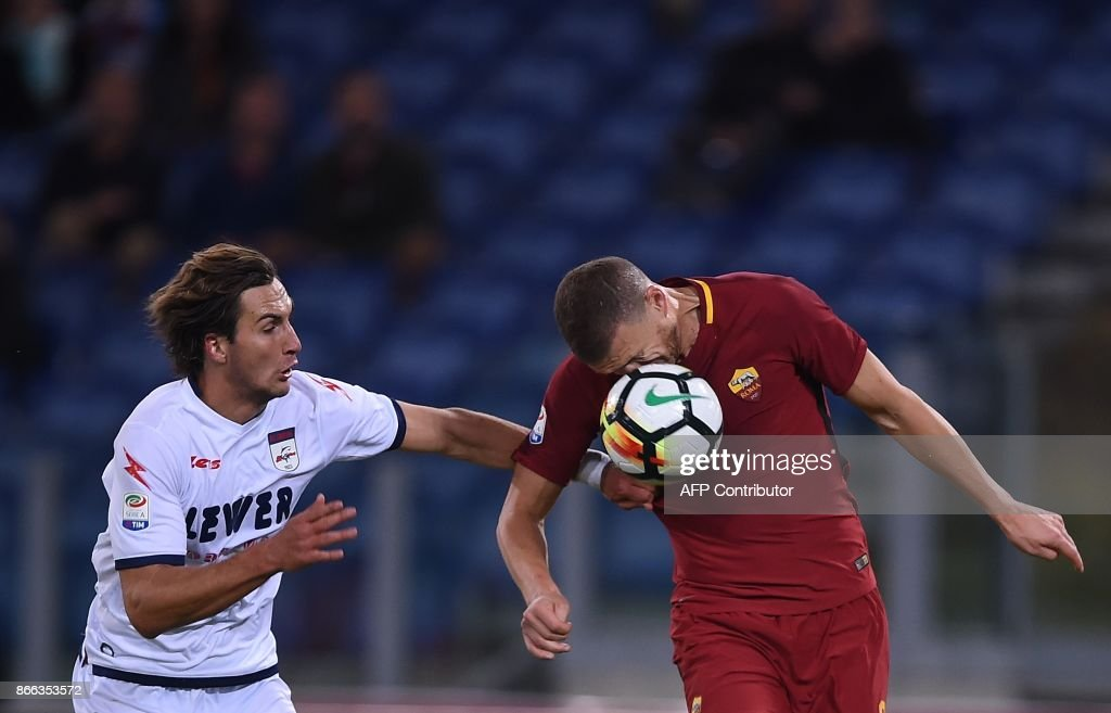Roma's forward from Bosnia Erzegovina Edin Dzeko (R) vies wth Crotone' Czech defender Stefan Simic during the Serie A football match Roma vs Crotone at the Olympic Stadium in Rome on October 25, 2017. /