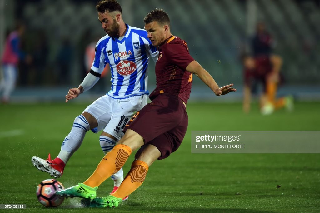 Roma's forward from Bosnia-Herzegovina Edin Dzeko (R) vies with Pescara's defender from Italy Francesco Zampano during the Italian Serie A football match between Pascara and Roma on April 24, 2017 at the Adriatico Stadium in Pescara. MONTEFORTE
