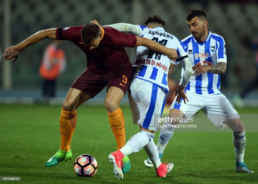 Roma's forward from Bosnia-Herzegovina Edin Dzeko (R) vies with Pescara's defender from Italy Francesco Zampano (C) during the Italian Serie A football match between Pascara and Roma on April 24, 2017 at the Adriatico Stadium in Pescara. MONTEFORTE