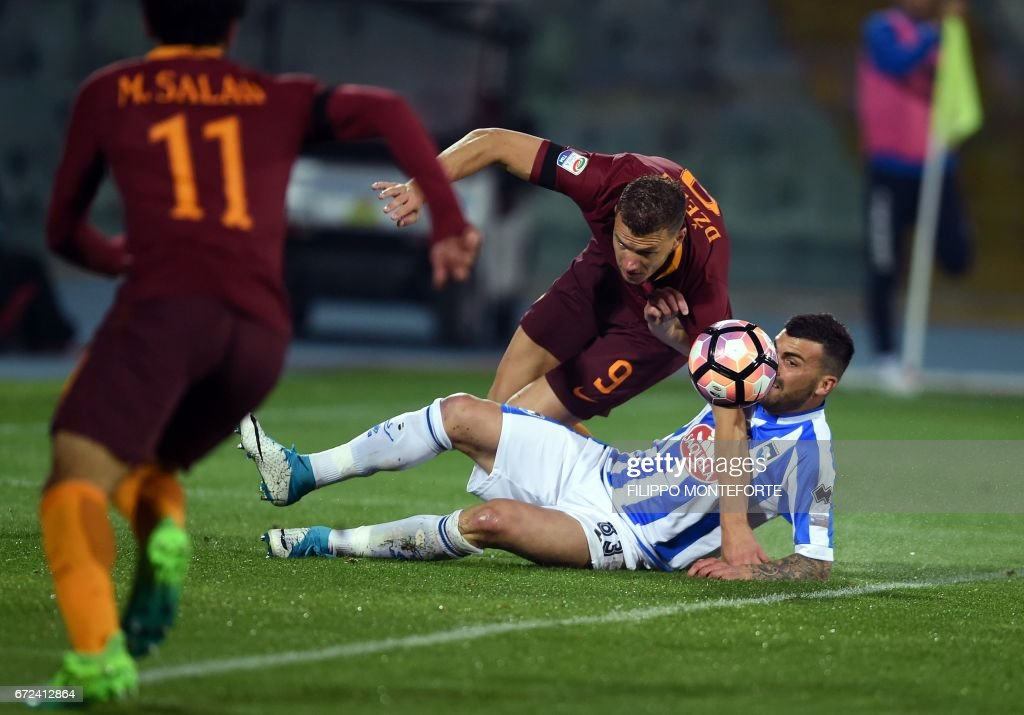 Roma's forward from Bosnia-Herzegovina Edin Dzeko (L) vies with Pescara's defender from Italy Cesare Bovo during the Italian Serie A football match between Pascara and Roma on April 24, 2017 at the Adriatico Stadium in Pescara. MONTEFORTE