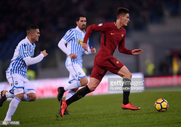Roma's forward from Czech Republic Patrik Schick vies with Spal midfildel Federico Viviani during the Italian Serie A football match AS Roma vs Spal...