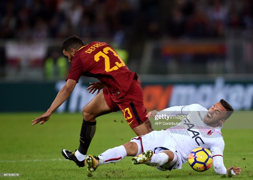 Roma's forward from France Gregoire Defrel (L) vies with Bologna's forward Federico Di Francesco during the Italian Serie A football match Roma vs Bologna on October 28, 2017 at the Olympic Stadium in Rome. /
