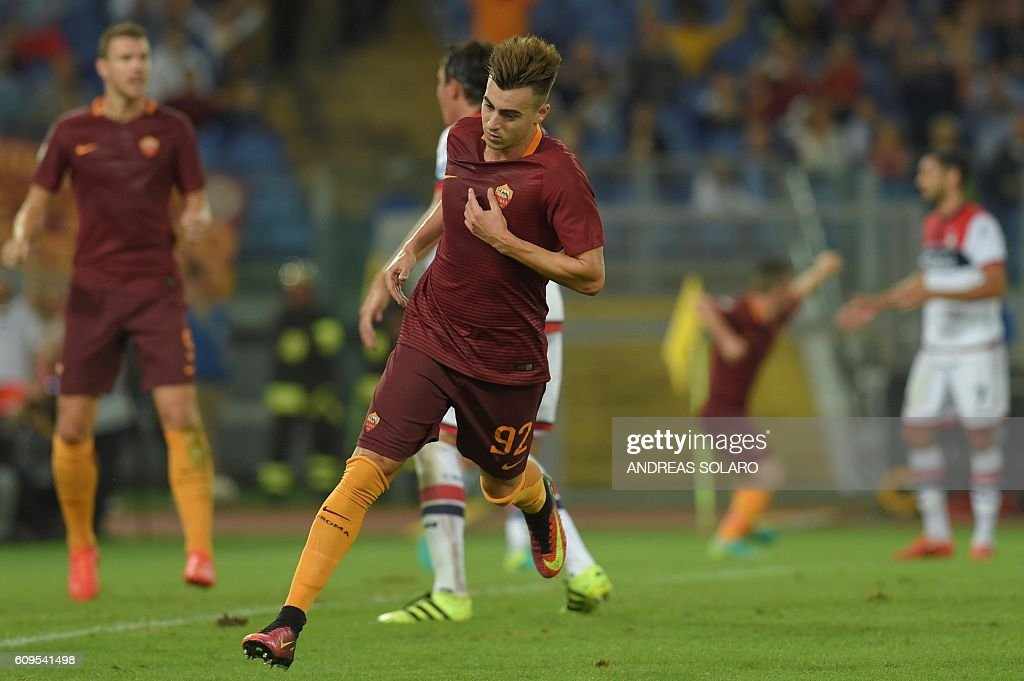 AS Roma's forward Stephan El Shaarawy (C) celebrates after scoring a goal during the Italian Serie A football match AS Roma vs Crotone on September 21, 2016 at Rome's Olympic stadium. / AFP / ANDREAS