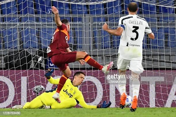 Roma's French midfielder Jordan Veretout shootd and score the 2-1 goal past Juventus' Polish goalkeeper Wojciech Szczesny during the Italian Serie A...