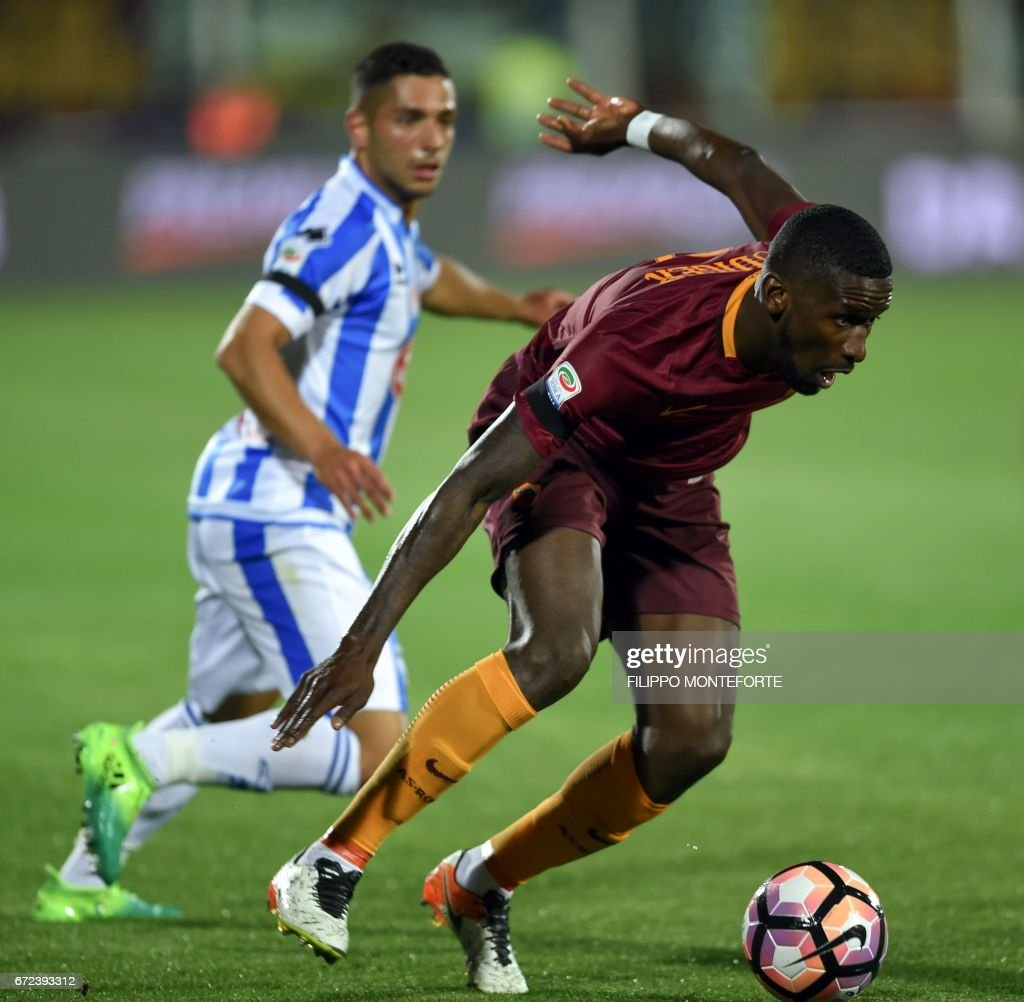 Roma's German defender Antonio Rudiger (R) vies with Pescara's Italian midfielder Andrea Coda during the Italian Serie A football match between Pascara and Roma on April 24, 2017 at the Adriatico Stadium in Pescara. MONTEFORTE
