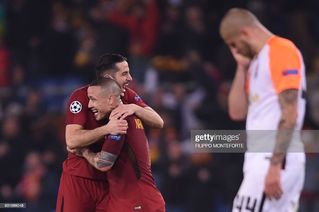 TOPSHOT - Roma's Greek defender Kostas Manolas and Roma's Belgian midfielder Radja Nainggolan (C) celebrate afer winning 1-0 the UEFA Champions League round of 16 second leg football match AS Roma vs Shakhtar Donetsk on March 13, 2018 at the Olympic stadium in Rome. Roma reached the Champions League quarter-finals for the first time in 10 years as Edin Dzeko edged them past Shakhtar Donetsk 1-0 at the Stadio Olimpico on Tuesday for an away goals victory. / AFP PHOTO / Filippo MONTEFORTE