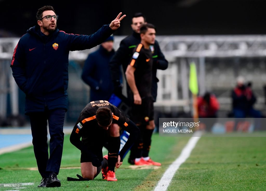 Roma's Italian coach Eusebio Di Francesco (L) reacts during the Italian Serie A football match between AC Chievo and AS Roma at the Bentegodi stadium in Verona on December 10, 2017. /