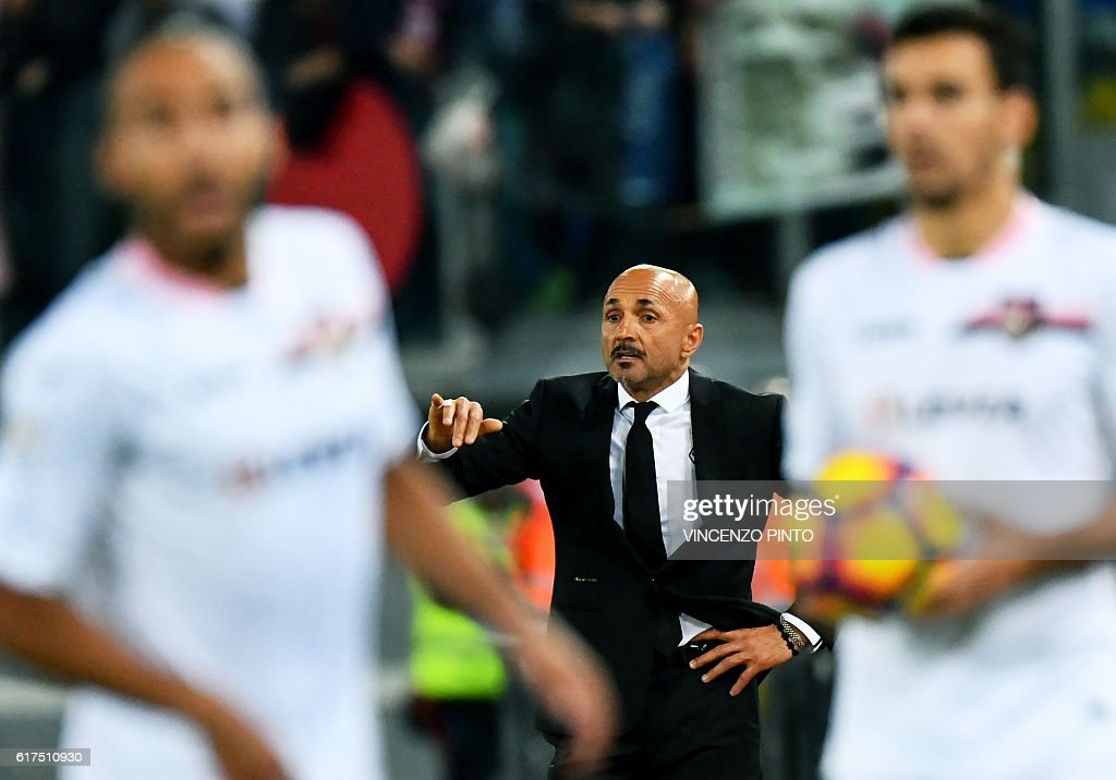 AS Roma's Italian coach Luciano Spalletti (C) gestures during the Serie A football match AS Roma vs Palermo at the Olympic stadium in Rome on October 23, 2016. / AFP / VINCENZO