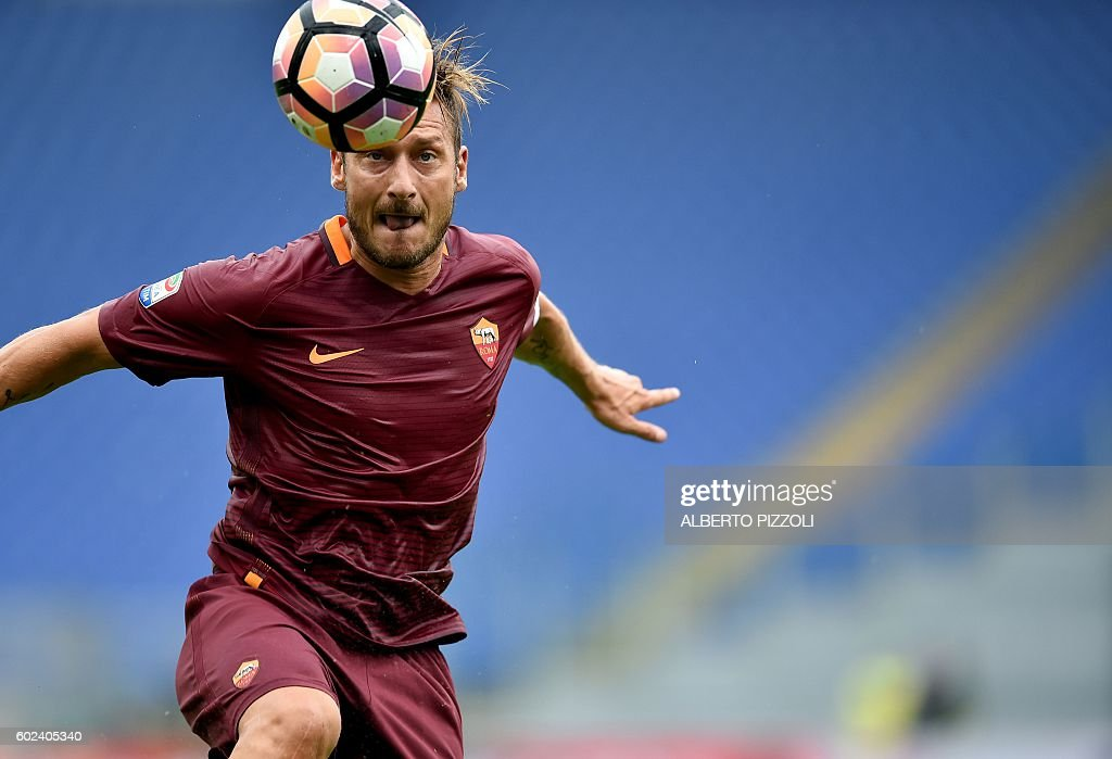 Roma's Italian forward Francesco Totti heads the ball during the Italian Serie A football match between AS Roma and Sampdoria on September 11, 2016 at the Olympic stadium in Rome. / AFP / ALBERTO