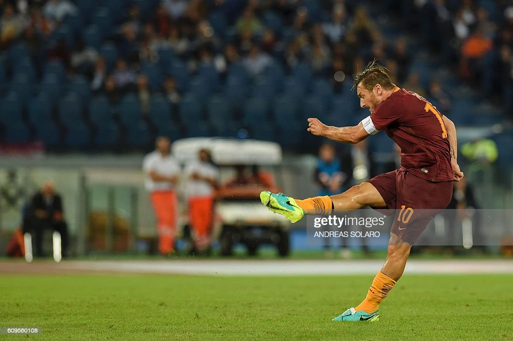 AS Roma's Italian forward Francesco Totti kicks the ball during the Italian Serie A football match between AS Roma and Crotone on September 21, 2016 at Rome's Olympic stadium. / AFP / ANDREAS