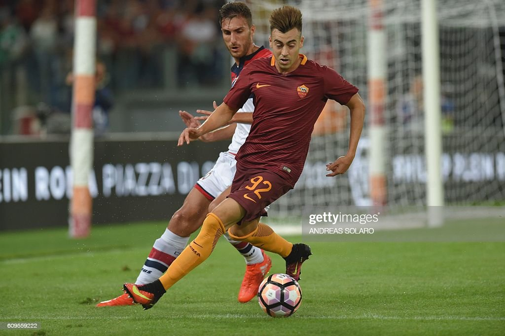 AS Roma's Italian forward Stephan El Shaarawy (R) controls the ball next to Crotone's Italian defender Gian Marco Ferrari during the Italian Serie A football match between AS Roma and Crotone on September 21, 2016 at Rome's Olympic stadium. / AFP / ANDREAS