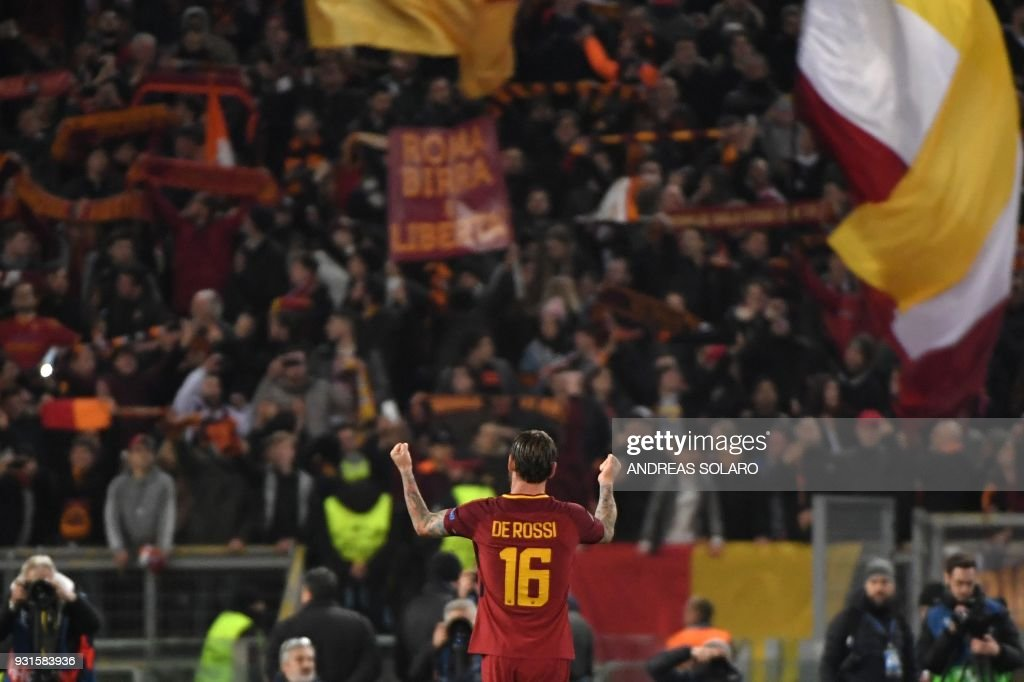 TOPSHOT - Roma's Italian midfielder Daniele De Rossi celebrates afer winning 1-0 the UEFA Champions League round of 16 second leg football match AS Roma vs Shakhtar Donetsk on March 13, 2018 at the Olympic stadium in Rome. Roma reached the Champions League quarter-finals for the first time in 10 years as Edin Dzeko edged them past Shakhtar Donetsk 1-0 at the Stadio Olimpico on Tuesday for an away goals victory. / AFP PHOTO / Andreas SOLARO