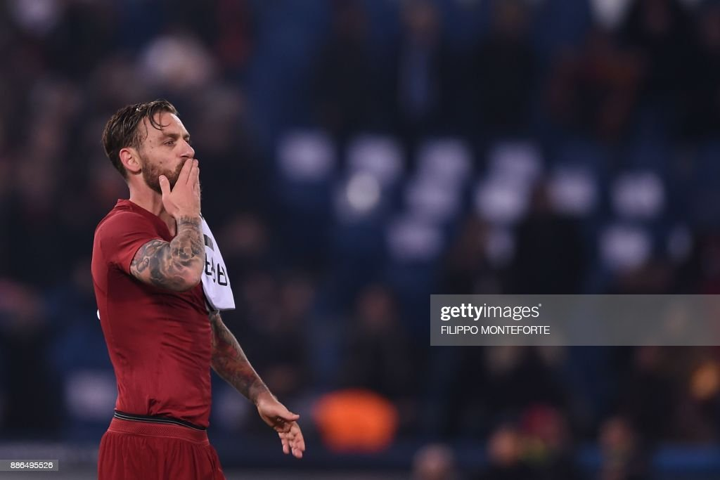 Roma's Italian midfielder Daniele De Rossi celebrates at the end of the UEFA Champions League Group C football match AS Roma vs FK Qarabag on December 5, 2017 at the Olympic stadium in Rome. Roma won 1-0 and reach Champions League last 16. / AFP PHOTO / Filippo MONTEFORTE