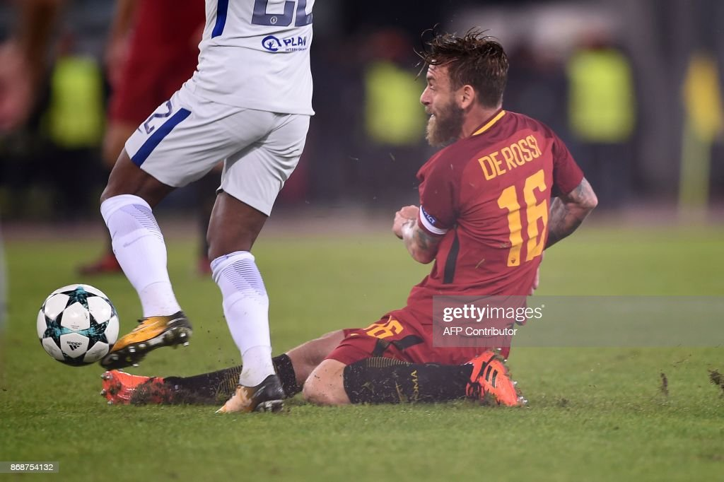 Roma's Italian midfielder Daniele De Rossi tackles Chelsea's Brazilian midfielder Willian during the UEFA Champions League football match AS Roma vs Chelsea on October 31, 2017 at the Olympic Stadium in Rome. Rome won 3-0. / AFP PHOTO / Filippo MONTEFORTE