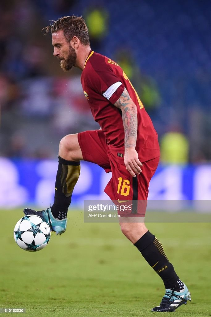 Roma's midfielder Daniele De Rossi controls the ball during the UEFA Champions League Group C football match between AS Roma and Atletico Madrid on September 12, 2017 at the Olympic stadium in Rome. / AFP PHOTO / Filippo MONTEFORTE