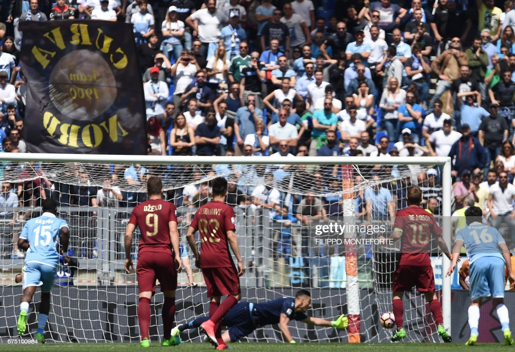 Roma's midfielder from Italy Daniele De Rossi (2ndR) scores during the Italian Serie A football match Roma vs Lazio at the Olympic Stadium in Rome on April 30, 2017. /
