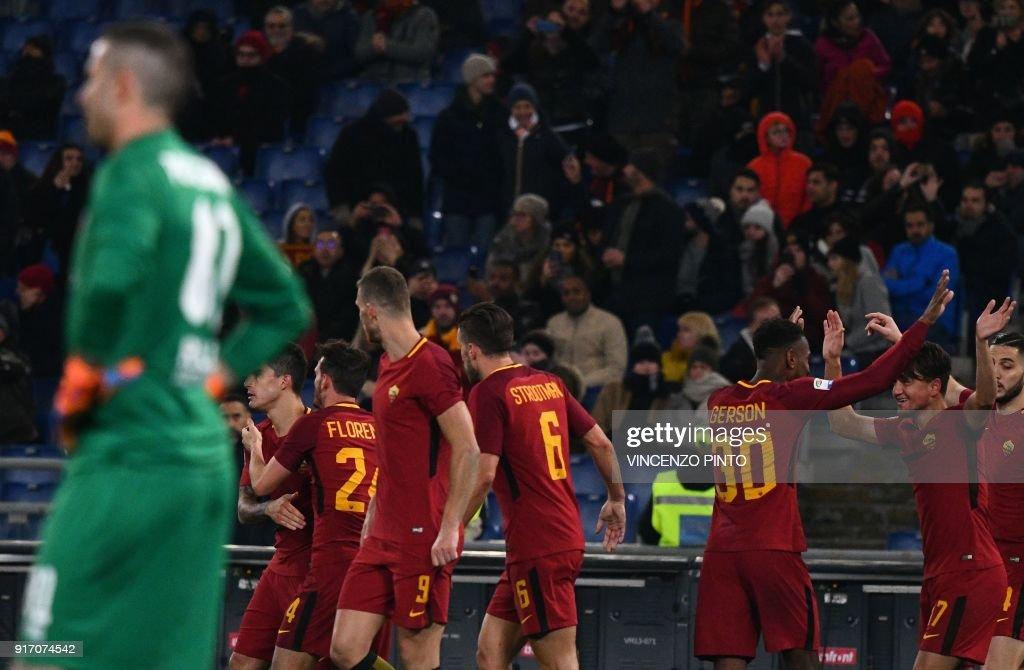 AS Roma's midfielder from Turkey Cengiz Under (2nd R) celebrates with teammates after scoring a goal during the Italian Serie A football match AS Roma vs Benevento on February 11, 2018, at the Olympic Stadium in Rome. / AFP PHOTO / Vincenzo PINTO