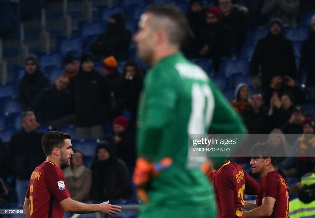 AS Roma's midfielder from Turkey Cengiz Under (R) celebrates with teammates after scoring a goal during the Italian Serie A football match AS Roma vs Benevento on February 11, 2018, at the Olympic Stadium in Rome. / AFP PHOTO / Vincenzo PINTO