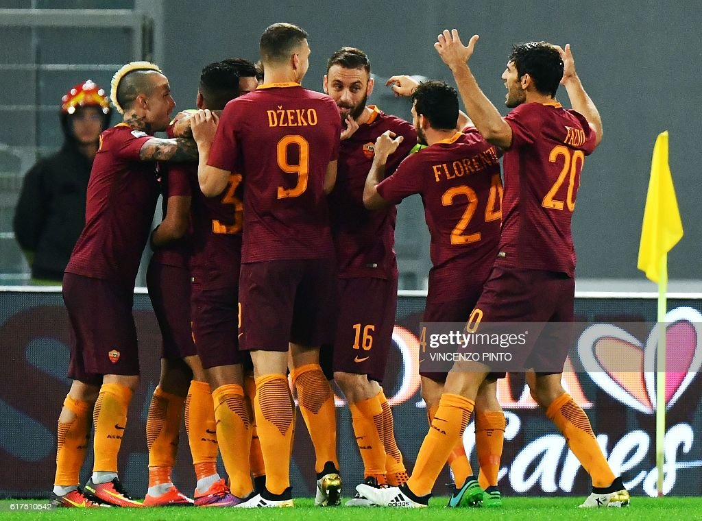 AS Roma's player celebrate after scoring during their Serie A football match AS Roma vs Palermo at the Olympic stadium in Rome on October 23, 2016. / AFP / VINCENZO