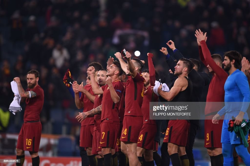 AS Roma's players celebrate at the end of the UEFA Champions League Group C football match AS Roma vs FK Qarabag on December 5, 2017 at the Olympic stadium in Rome. Roma won 1-0 and reach Champions League last 16. / AFP PHOTO / Filippo MONTEFORTE