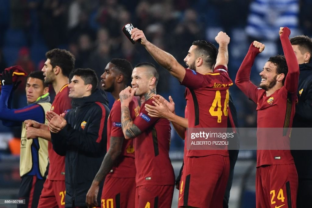 AS Roma's players celebrate at the end of the UEFA Champions League Group C football match AS Roma vs FK Qarabag on December 5, 2017 at the Olympic stadium in Rome. Roma won 1-0 and reach Champions League last 16. / AFP PHOTO / Alberto PIZZOLI