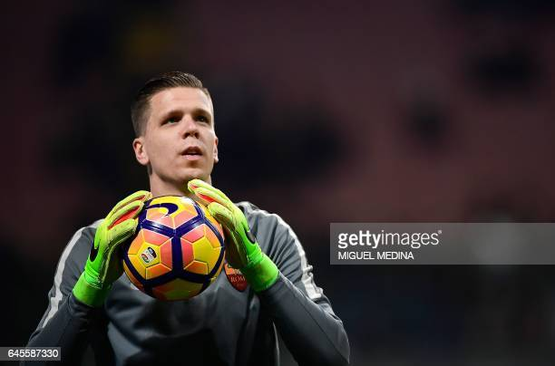 AS Roma's Polish goalkeeper Wojciech Szczesny warms up prior the Italian Serie A football match Inter Milan vs AS Roma at the San Siro stadium in...