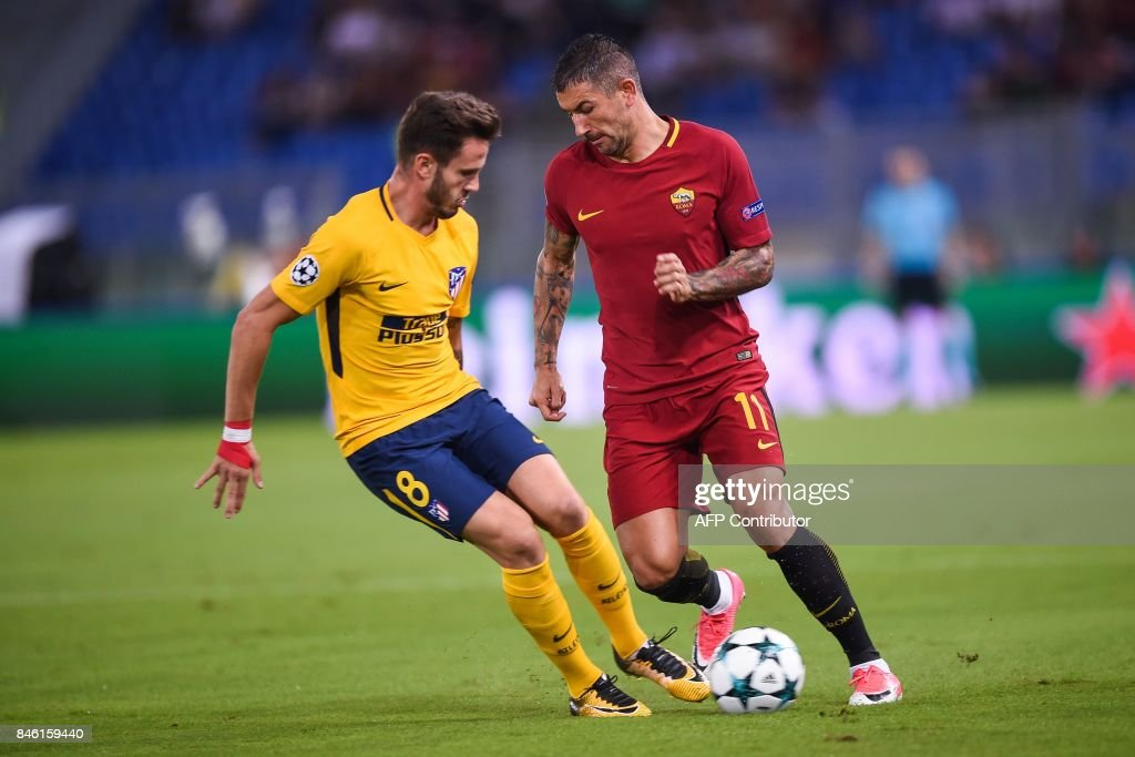 Roma's Serbian defender Aleksandar Kolarov (R) challenges Atletico Madrid's midfielder Saul Niguez during the UEFA Champions League Group C football match between AS Roma and Atletico Madrid on September 12, 2017 at the Olympic stadium in Rome. / AFP PHOTO / Filippo MONTEFORTE