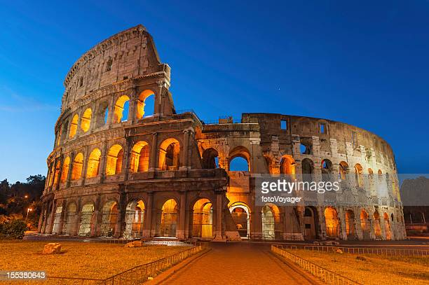 Roma Colosseo antico anfiteatro illuminato all'alba