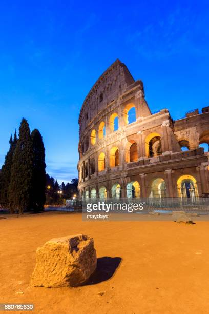 rome, colosseum by night - periodo medievale stock pictures, royalty-free photos & images
