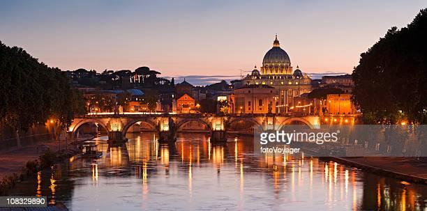 Tramonto dorato su Roma San Pietro Basilica di Tevere, Italia, Città del Vaticano