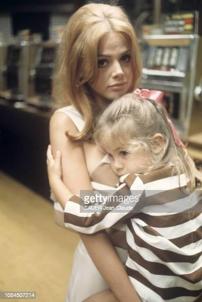 Rome Italie septembre 1968 L'actrice suédoise Britt EKLAND à Rome avec sa fille Victoria Sellers 3 ans et demi pour le tournage du film 'Les...