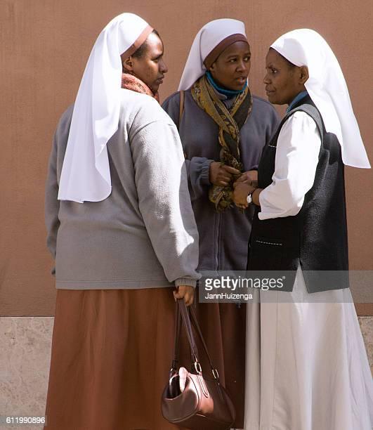 ローマ、イタリア:バチカンのアフリカ修道女(クローズアップ) - 聖職服 ストックフォトと画像
