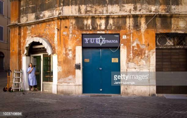 roma, italia: baker en la puerta de la panadería del barrio judío - judaísmo fotografías e imágenes de stock