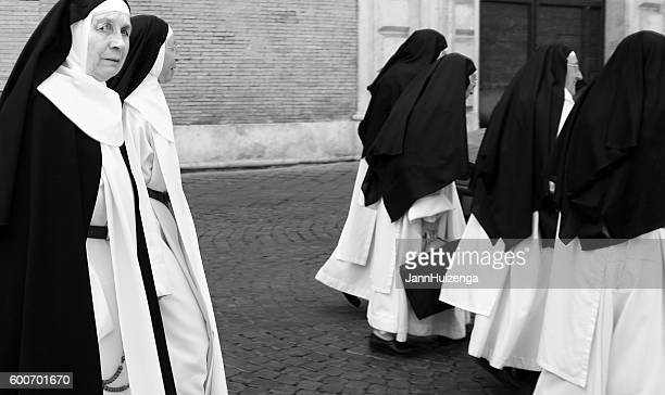 rome, italy: group of nuns in traditional habit (b&w) - bonne soeur photos et images de collection