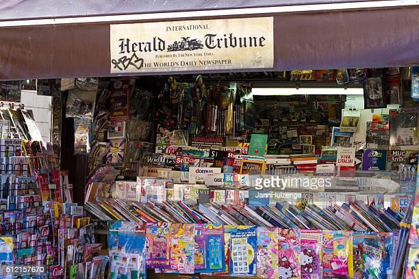 Rome, en Italie : Kiosque à journaux de vente International Herald Tribune