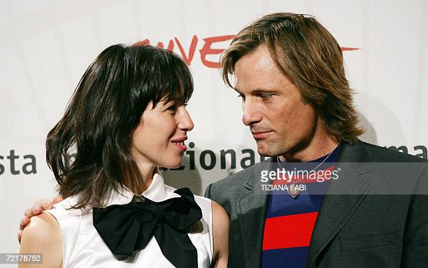 Spanish actress Ariadna Gil and US actor Viggo Mortensen pose during the photocall of Alatriste directed by Spanish Augustin Diaz Yanez at the first...