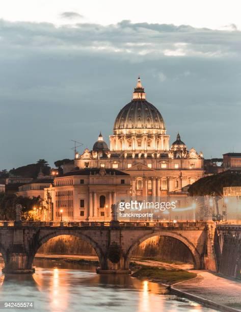 rome skyline at dusk - vaticano imagens e fotografias de stock