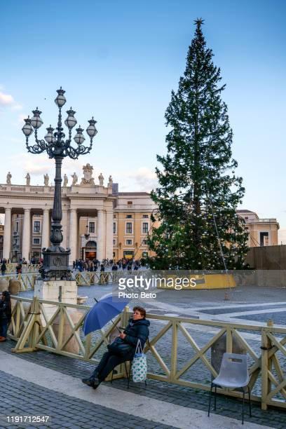 rome - st. peter's - tourist - christmas tree - square - vatican - hd - natale di roma foto e immagini stock