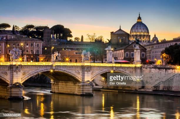 rome sunset over tiber and st peters basilica vatican italy - vaticano imagens e fotografias de stock