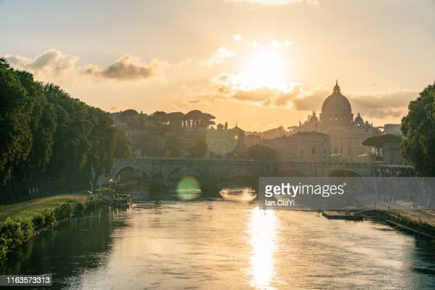 rome tiber and st peters basilica vatican italy (sunset) - roma foto e immagini stock