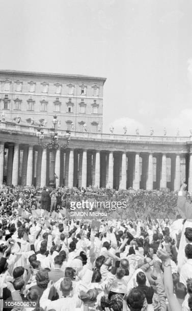 Rome Vatican 25 avril 1954 4 200 Petits Chanteurs à la Croix de Bois de quinze pays du monde parmi lesquels 500 français ont chanté la Sainte Messe à...