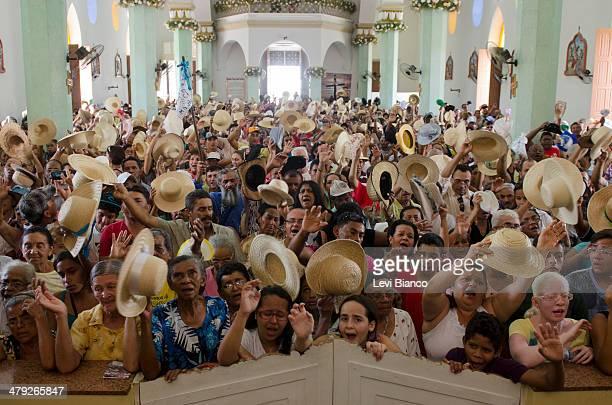 Romeiros de diversos estados das regiões norte e nordeste do Brasil participam na Basílica Menor de Nossa Senhora das Dores da missa de despedida dos...