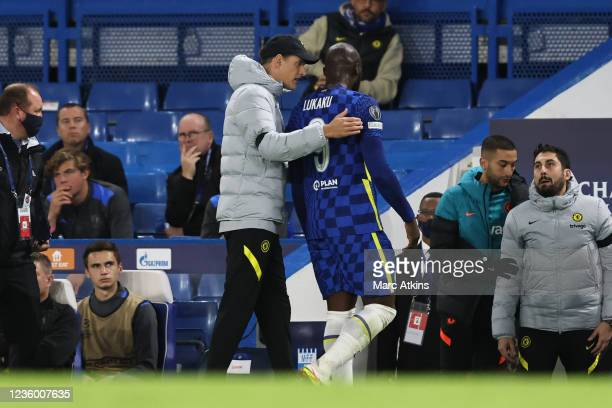 Romelu Lukaku of Chelsea leaves the game injured watched by Thomas Tuchel manager of Chelsea during the UEFA Champions League group H match between...