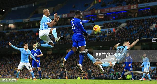 Romelu Lukaku of Everton gets a header in on goal ahead of Fernandinho of Man City and Nicolas Otamendi of Man City during the Capital One Cup...
