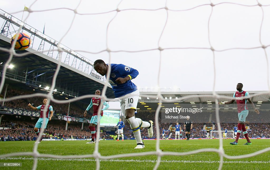 Romelu Lukaku of Everton heads home to score his sides first goal during the Premier League match between Everton and West Ham United at Goodison Park on October 30, 2016 in Liverpool, England.