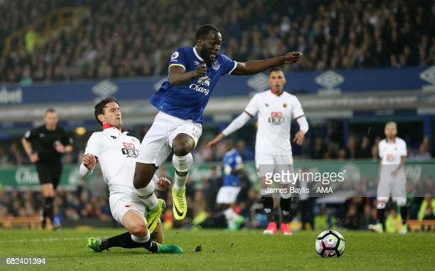 Romelu Lukaku of Everton is challenged by Darryl Janmaat of Watford but no penalty is awarded during the Premier League match between Everton and...