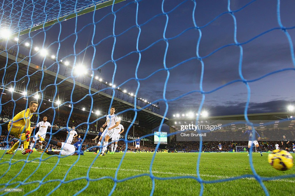 Romelu Lukaku of Everton misses a chance on goal in the dying minutes during the Barclays Premier League match between Everton and Swansea City at Goodison Park on November 1, 2014 in Liverpool, England.