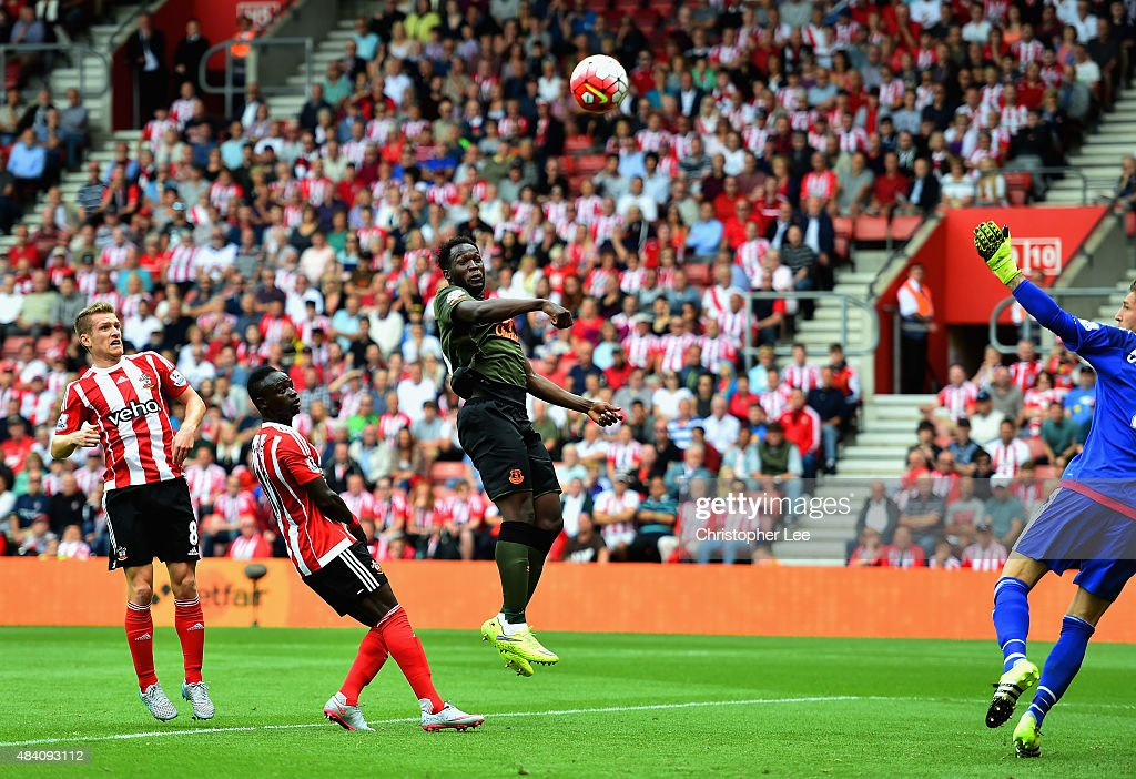 Romelu Lukaku of Everton scores his team's first goal during the Barclays Premier League match between Southampton and Everton at St Mary's Stadium on August 15, 2015 in Southampton, United Kingdom.