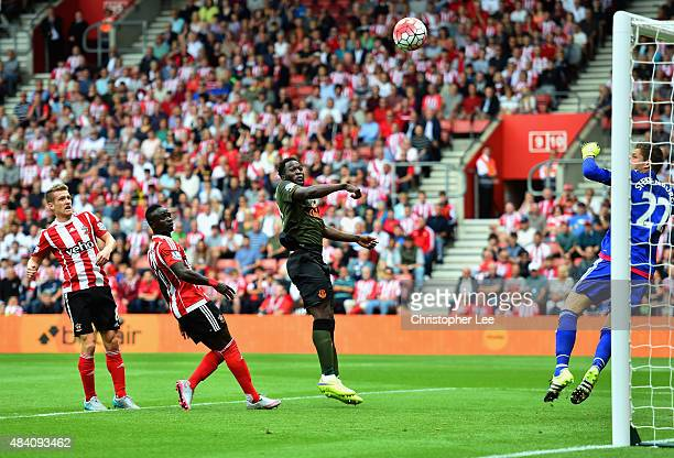 Romelu Lukaku of Everton scores his team's first goal during the Barclays Premier League match between Southampton and Everton at St Mary's Stadium...
